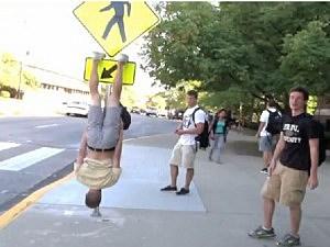 бэтменинг на дорожном знаке